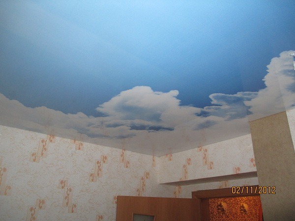 Натяжной потолок со световыми инсталляциями фото проводки можно